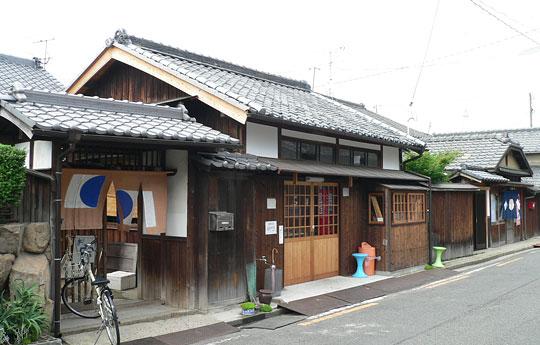 本村バス停前の家